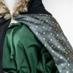 Gugel / kurzes Cape aus Schurwolle Modell Shney mit Kunstfell an der Kapuze